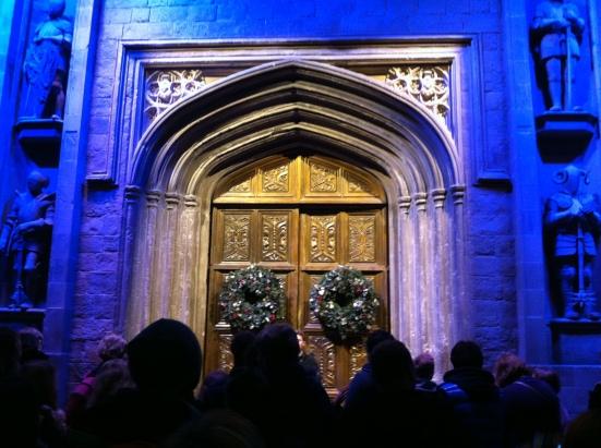 ที่ประตูมี garland ตกแต่งตามเทศกาลคริสต์มาสด้วย