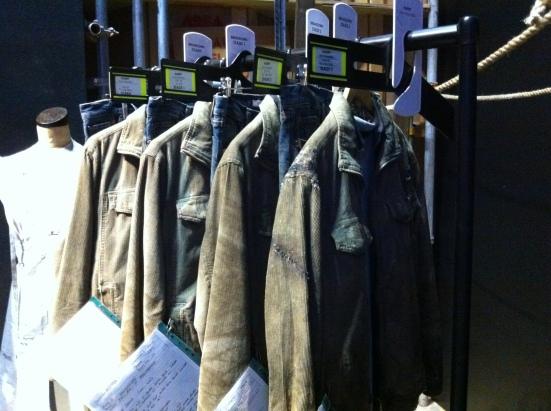 เสื้อผ้าหนึ่งชุดต้องมีหลายเซ็ต ในหลายสภาพ ก่อนการต่อสู้ หลังการต่อสู้ อันนี้ชุดของแฮรี่ภาคหลังๆ