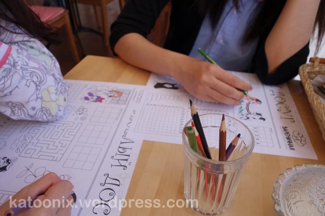 กระดาษรองจานเป็นภาพให้ระบายสีเล่นแหละ มีสีเทียนให้ด้วย