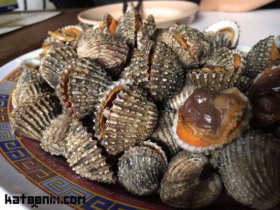 หอยแครงลวก หอยน่าจะสดอร่อยนะคะเห็นเพื่อนทานกันเรียบเลย แต่ส่วนตัวเราไม่ทานหอย
