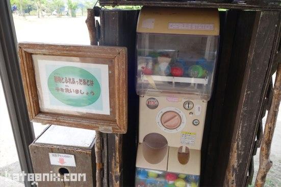 มีตู้อาหาร 100 เยน แล้วบิดแบบกดกะชะปองเลยค่ะ พอให้อาหารเสร็จแล้วก็เอาแคปซูลมาหยอดเก็บในช่องข้างๆ ตู้